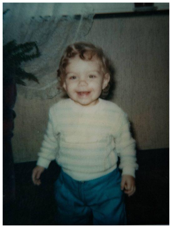 Das bin ich, eure Fotografin Monique. :) Was ein süßer Fratz. Ich hatte so einen blonden Lockenkopf als Kleinkind. Leider gibt es nur ganz vereinzelte Bilder von mir als Kind. Es ist so wichtig die Momente festzuhalten um immer wieder zu den Erinnerungen zurück zu kehren.