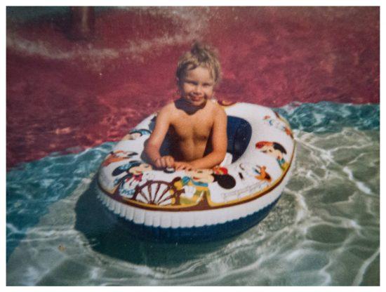 Das ist auch ein Bild aus der Zeit der Sommerferien im Freibad. Wie toll es damals war, einfach jeden Tag mit den Kindern zu spielen.