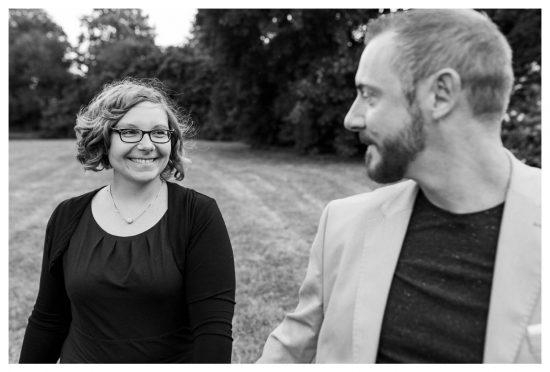 Eigentlich bin ich ja immer hinter der Kamera. Und tatsächlich fühlt es sich ungewohnt an, davor zu stehen. Martin Valk hat uns aber auf einer Hochzeit wunderbar eingefangen. Ich mag das Foto sehr.